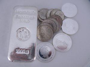 Zilveren munten en zilveren baren
